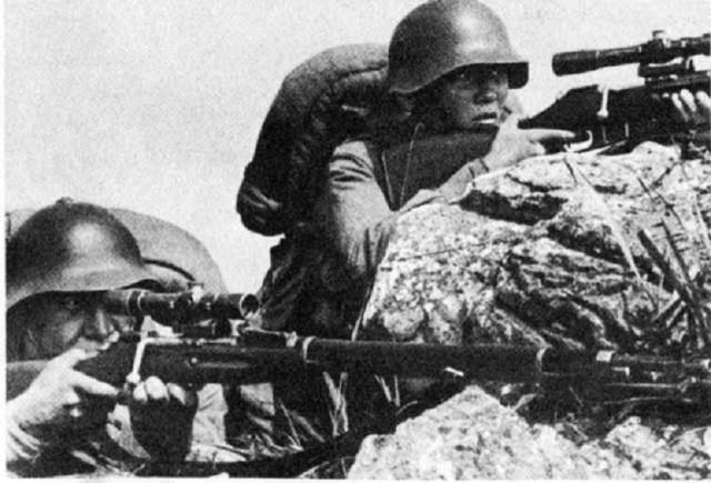 Снайперы на позиции. Вооружены снайперской винтовкой М1891-30