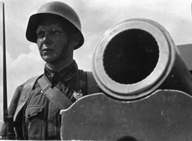 Участник боёв у озера Хасан командир орудия лейтенант В.А. Малышев, награжденный орденом Красного Знамени. 1-я Особая Армия