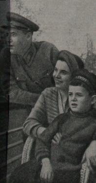 Батальонный комиссар орденоносец Георгий Яковлевич Севастьянов с женой Александрой Георгиевной и сыном Геннадием на балконе санатория РККА имени Ворошилова