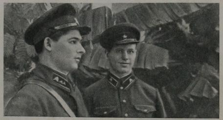 Отважные пограничники - отделенный командир комсомолец Трофим Михайлович Шляхов (слева) и красноармеец Алексей Степанович Зуев
