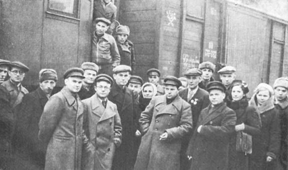 Делегация трудящихся Свердловской области, посетившая 61-ую гв. т. бр. в конце 1943 года