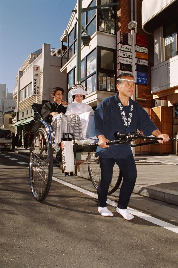 Японец под столом облизывает ножки у японок