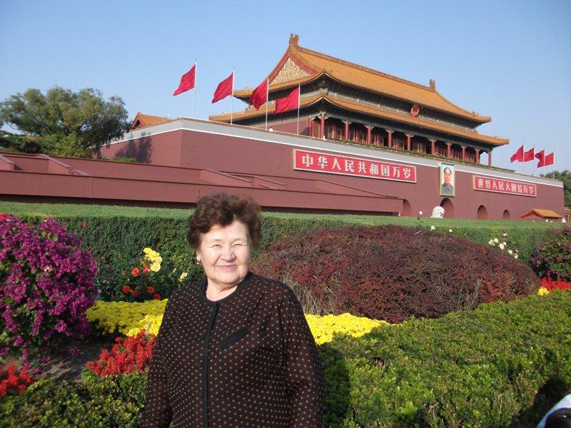 перед императорским дворцом