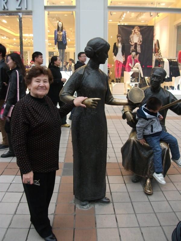 статуи на торговой улице