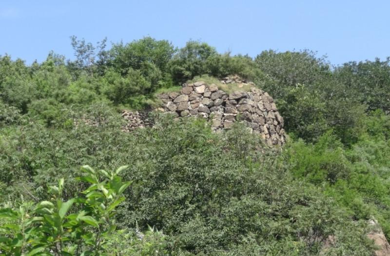 А вот остатки древней Великой китайской стены.