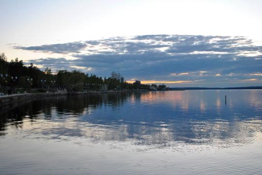 Вечерний город Петрозаводск. Набережная Онежского озера, май 2020.