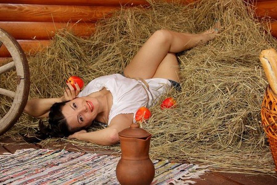 Видео женщина дрочит на сеновале, нежная эротика видео массаж