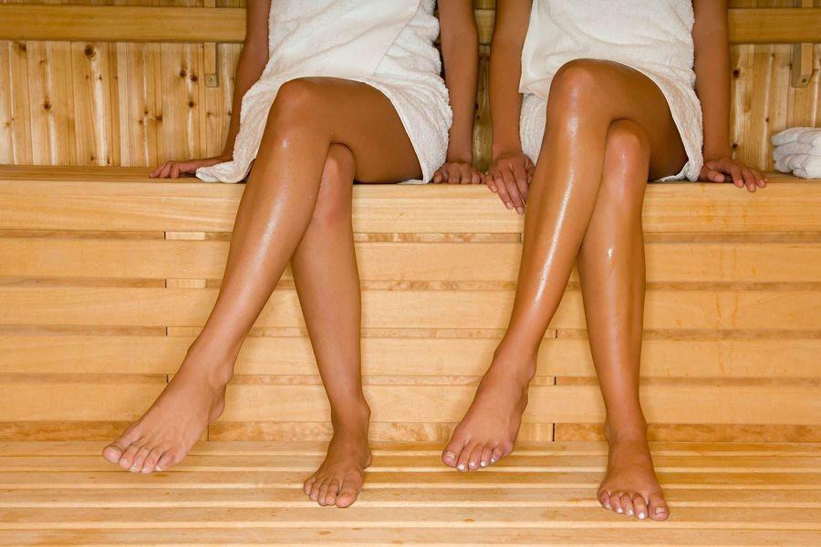 Три голые девушки в джакузи