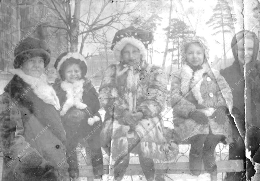 Дочери капитана по адмиралтейству Фёдора Кобылинского (в центре) у подъезда офицерского флигеля. На заднем плане здание Манежа. Фото 1913 года
