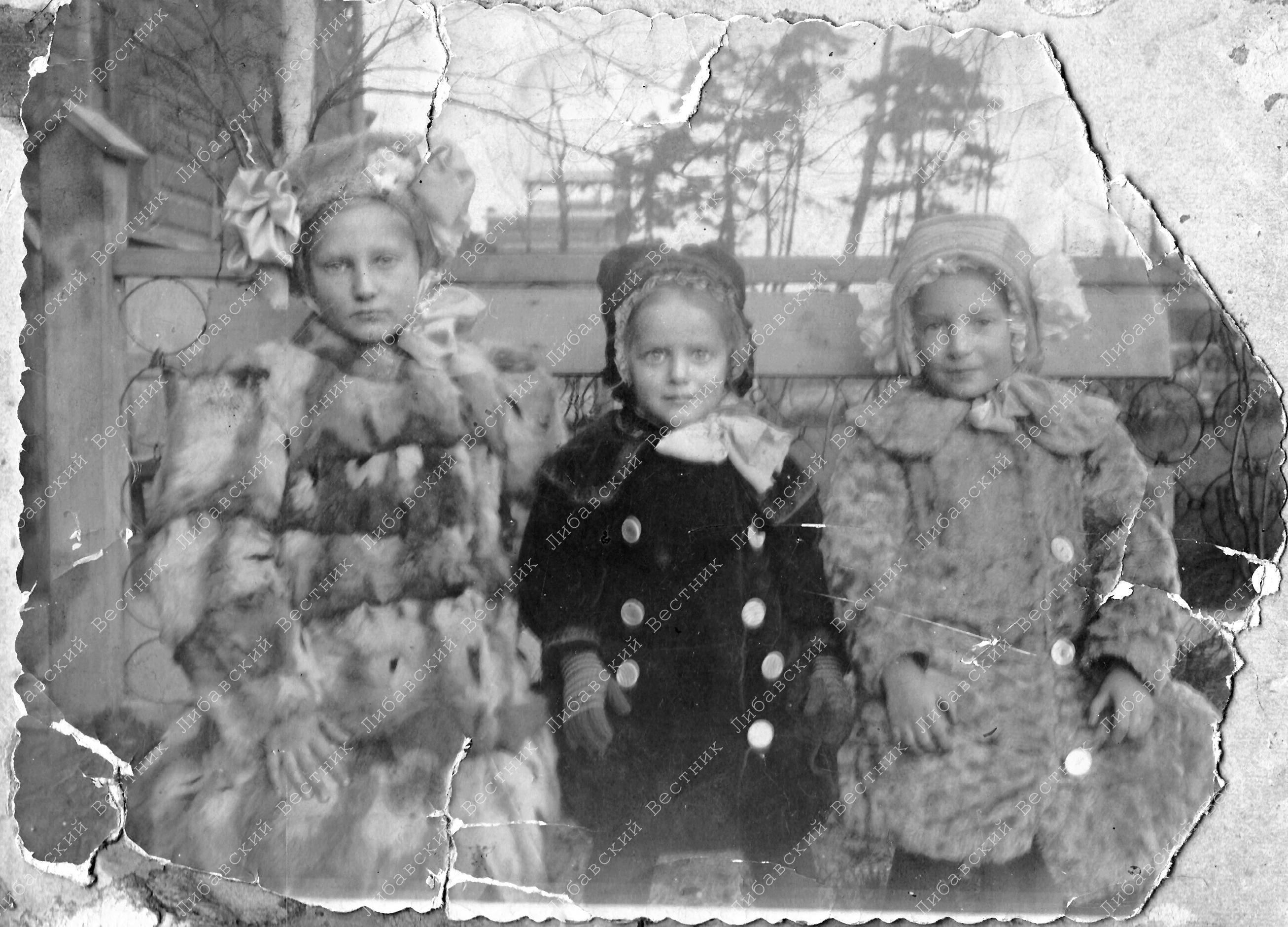 Дочери капитана по адмиралтейству Фёдора Кобылинского у подъезда офицерского флигеля. На заднем плане колокольня манежной церкви. Фото 1912 года