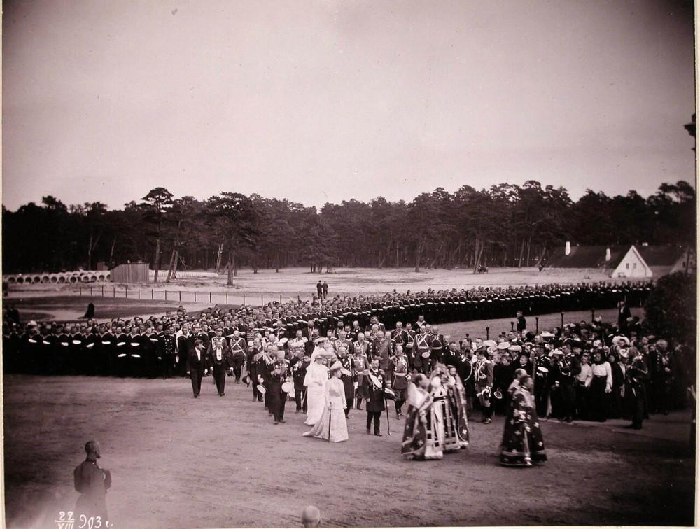 Крестный вокруг с участием Царской семьи во время освящения Морского собора. 22 августа 1903 года