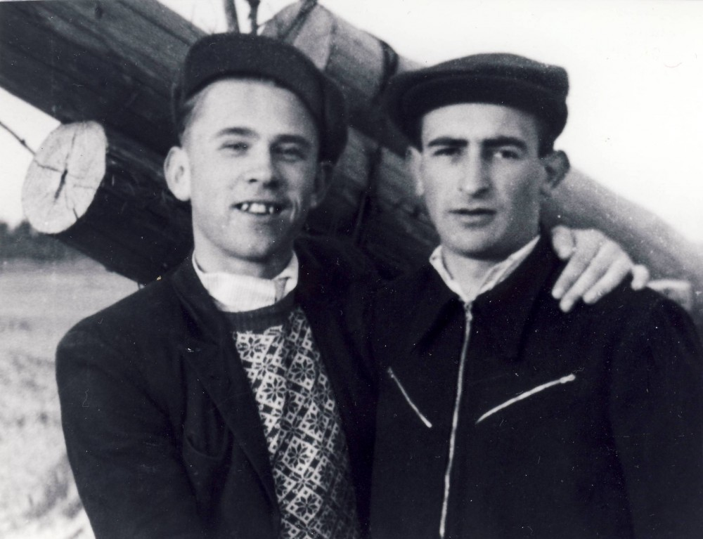 Кирилл Бобров (слева) с другом. 1952 г.
