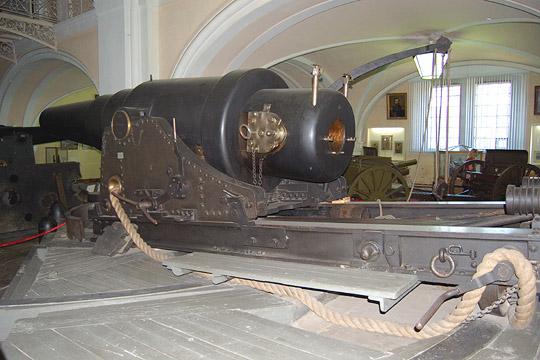 """11""""-ти дюймовая (279 мм) пушка Обуховского завода образца 1867 года, аналогичная установленным в Либавской крепости орудиям. Артиллерийский музей г. С.-Петербург"""