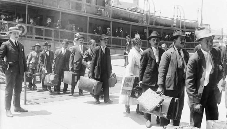 Нью-Йорк, прибытие парохода с иммигрантами. 1912 год