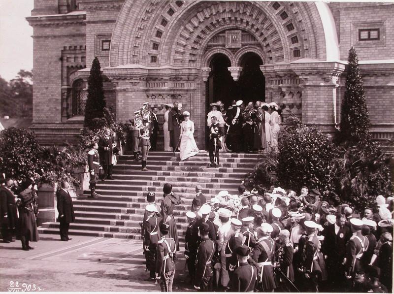Икона свт. Николая-Чудотворца в арке на главным входом Морского собора. Фото сделано в августе 1903 года во время освящения храма в присутствии Царской семьи.