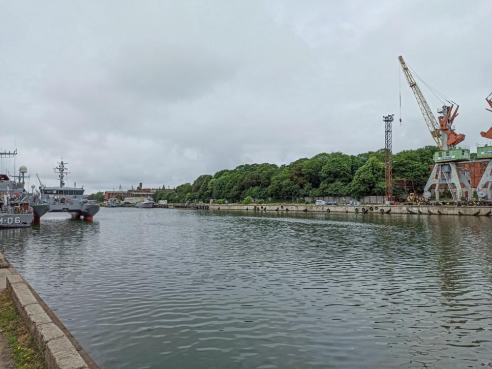 На дальнем плане причал в Городском торговом канале перед кладбищем на ул. Каю/Kāju iela