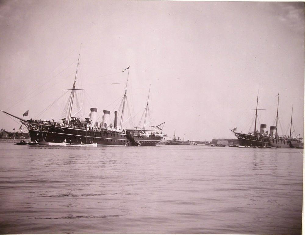 """Порт имп. Александра III. """"Полярная звезда"""" (слева) и """"Штандарт"""" у доков Адмиралтейства. 1903 год"""