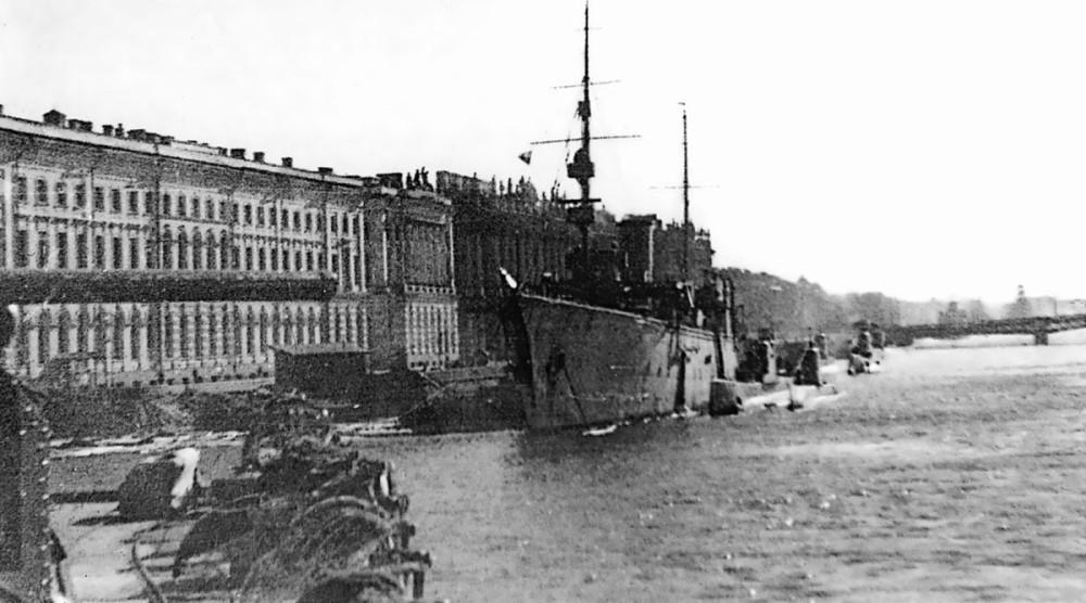 """Плавбаза подводных лодок """"Полярная звезда"""" у Дворцовой набережной. Ленинград, 1942 год"""