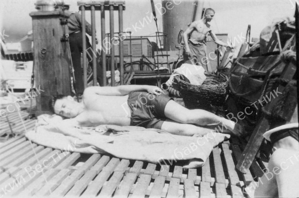 """Надстройка """"Полярной звезды"""". Лиепая, 1952 г. (Сохранилась оригинальная тумба компаса. Та же тумба на фото ниже)"""