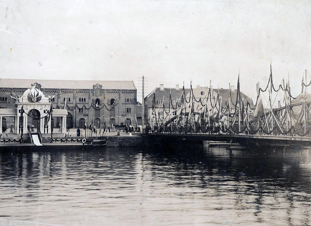 Павильон, сооруженный в честь визита императора Николая II в Либаву в 1903 году  у металлического разводного моста через городской Торговый канал.