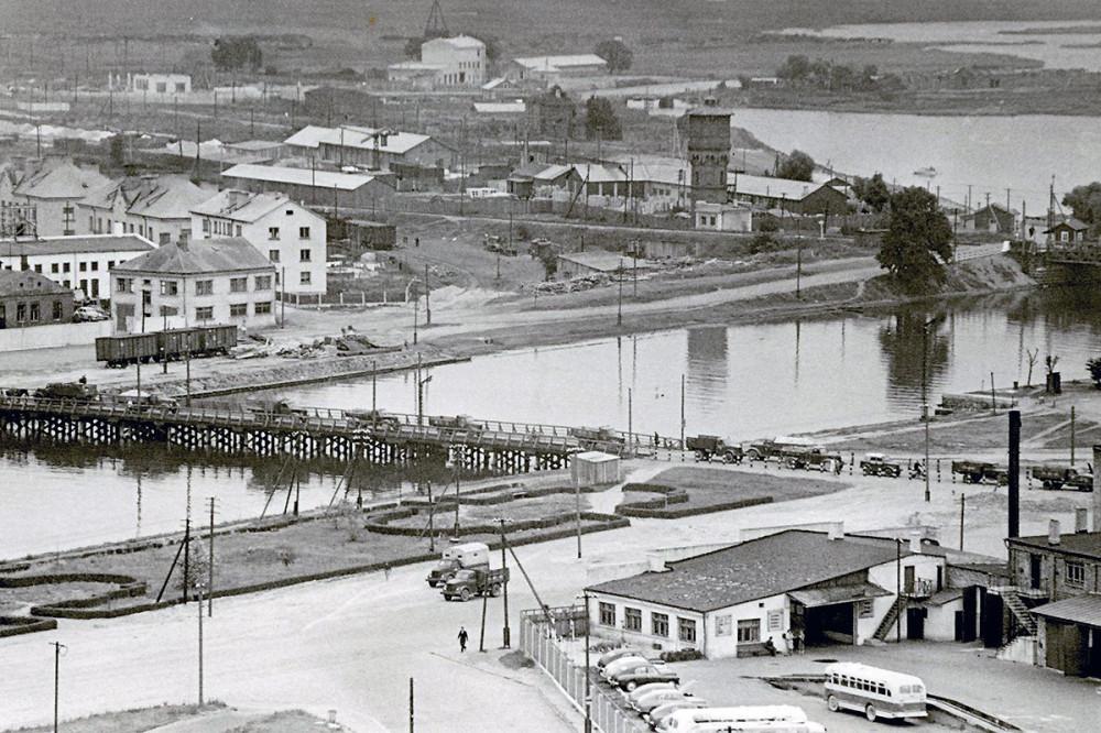 Временный деревянный мост через городской Торговый канал. Фото 1959 г.