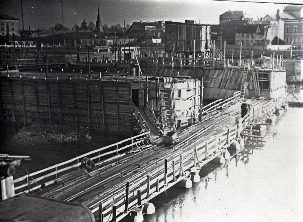 Начало строительства нового трамвайного моста. 1958 год
