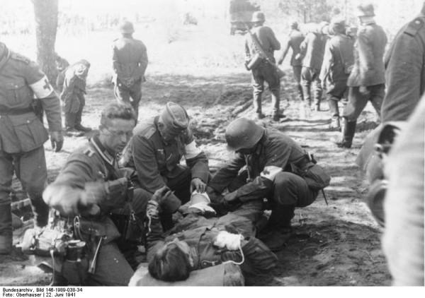 Bundesarchiv_Bild_146-1989-038-34,_Russland,_Versorgung_eines_Verwundeten