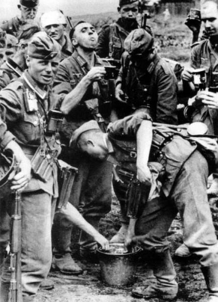 Немецкие солдаты и офицеры пьют воду на подступах к Сталинграду