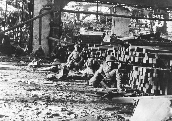 Немецкая пехота на заводе «Красный Октябрь» во время боев за Сталинград