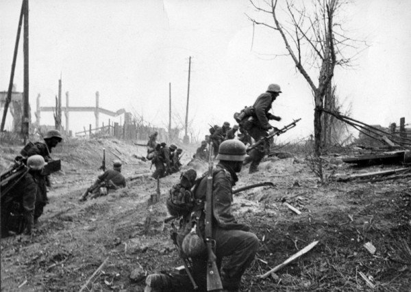 Немецкие солдаты передвигаются на новую позицую в пригороде Сталинграда