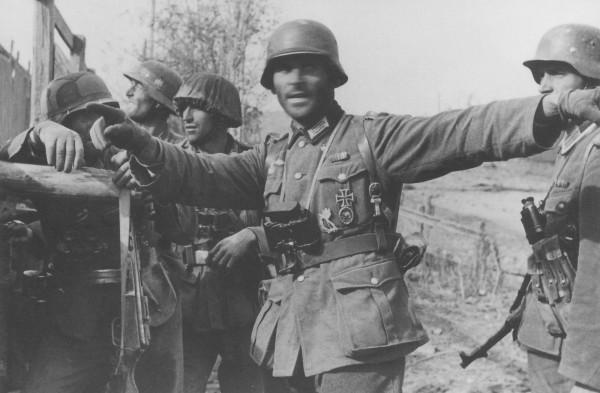 ауптман Винклер ставит боевую задачу солдатам 305-й пехотной дивизии в районе завода «Баррикады»