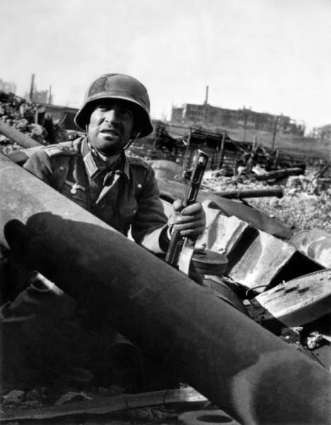 Немецкий обер-лейтенант с советским автоматом ППШ на развалинах Сталинграда