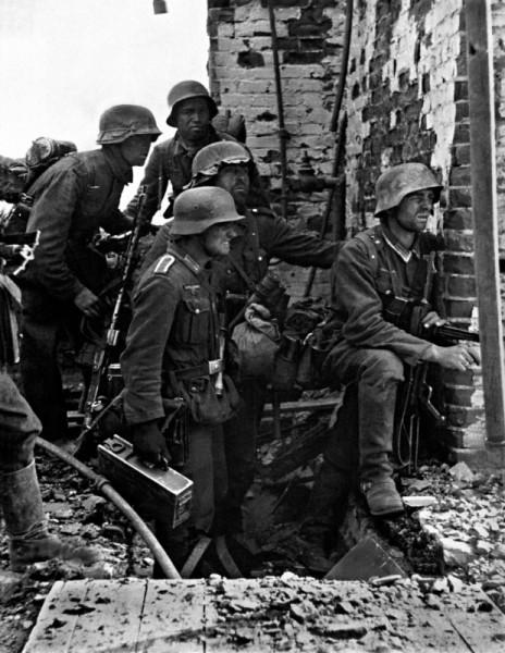 Немецкий пулеметный расчет во главе с унтер-офицером готовится к броску на новую позицию в Сталинграде