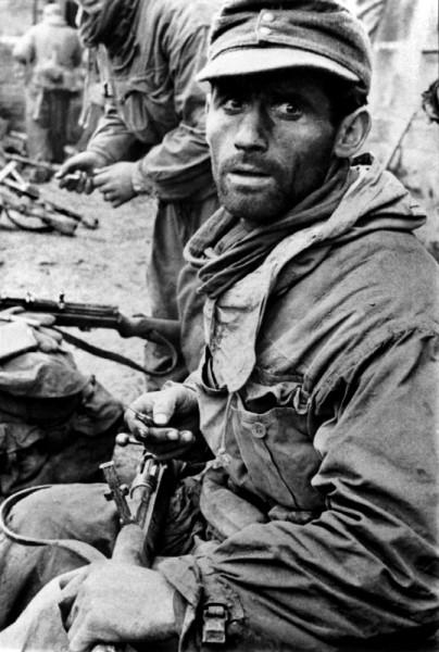 Немецкий солдат чистит свой карабин в коротком перерыве между боями в Сталинграде