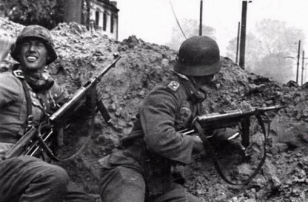 Немцы в уличном бою в Сталинграде