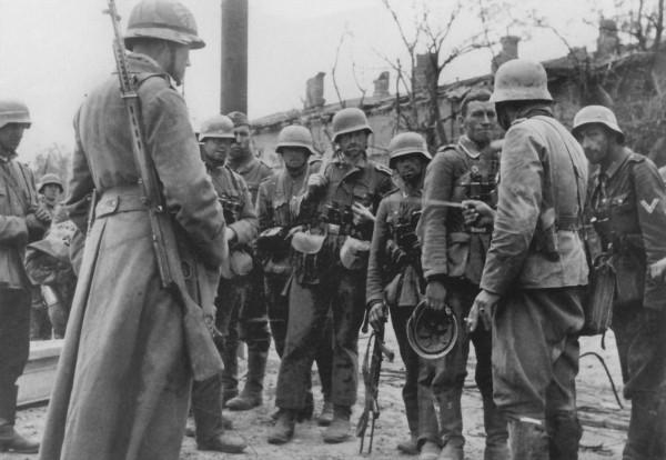 Офицер ставит боевую задачу унтер-офицерам немецкой 389-й пехотной дивизии в Сталинграде осень 1942