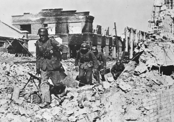 Пехота вермахта у разрушенного завода «Баррикады» в Сталинграде