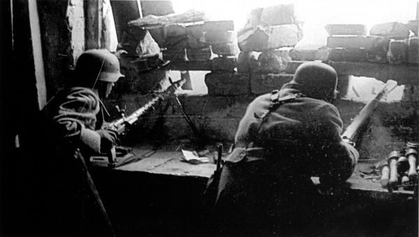 Позиция немецкого пулеметного расчёта в одном из домов Сталинграда 1942 год