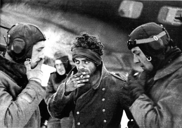 Раненный немецкий солдат курит с летчиками перед отправкой в тыл из-под Сталинграда