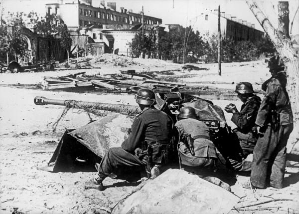 Расчет немецкого противотанкового орудия на улицах Сталинграда