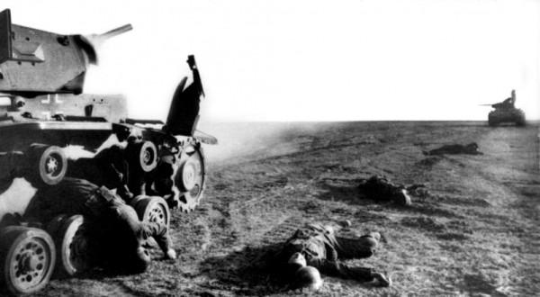 Подбитый немецкий танк Pz.Kpfw. III, погибшие немецкие танкист и пехотинцы после атаки советского танка Т-34