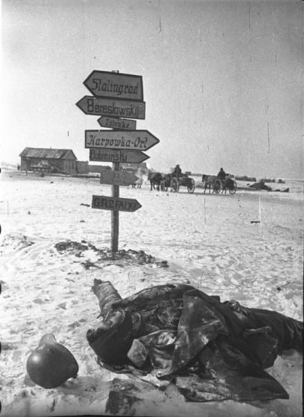 Труп немецкого солдата у указателей направлений под Сталинградом