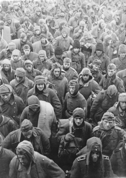 Колонна пленных немцев, румын и итальянцев Сталинграде