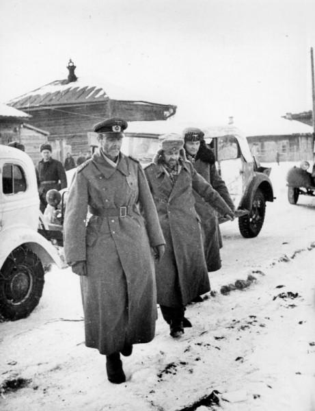 Генерал-фельдмаршал Фридрих Паулюс (слева), командующий окруженной в Сталинграде 6-й армии Вермахта, начальник его штаба генерал-лейтенант Артур Шмидт (Arthur Schmidt) и его адьютант Вильгельм Адам