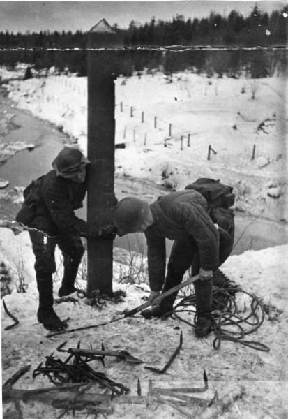 Советские солдаты выкапывают финский пограничный столб близ погранзаставы Майнила