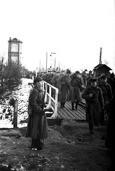 Части Красной Армии переходят по мосту на территорию Финляндии. 1939г.
