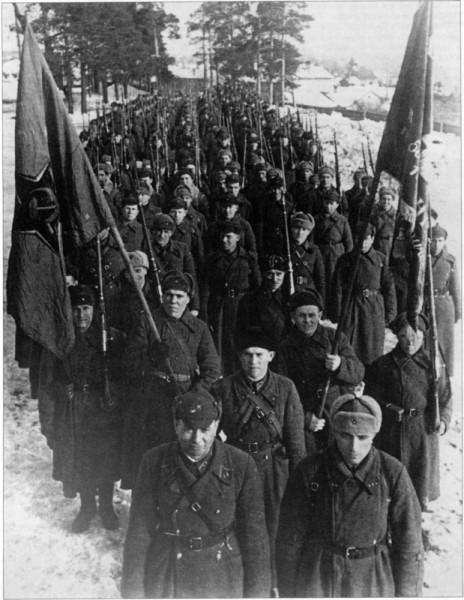 Строй бойцов и командиров 123-й стрелковой дивизии на марше после боев на Карельском перешейке