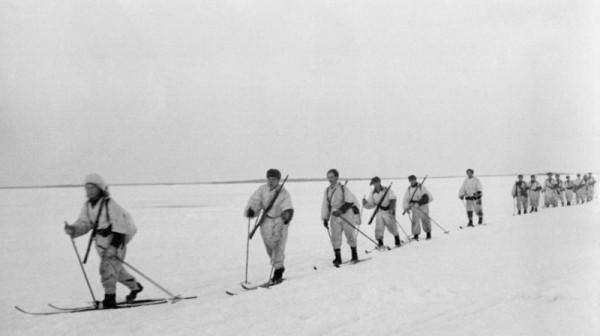 Подразделение финских лыжников двигается по льду замерзшего озера