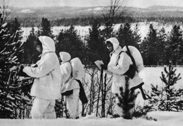 Трое финских лыжников на отдыхе в перелеске