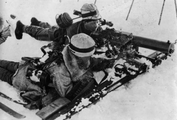 Финский расчет пулемета Шварцлозе на позиции в окрестностях городка Салла